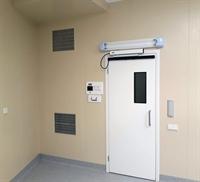 Дверь из операционной в предоперационную