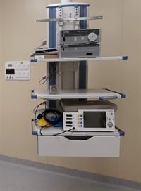 Потолочная консоль в операционной с оборудованием